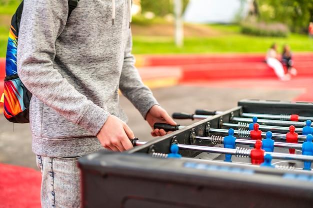 Ciérrese encima de los juegos del ocio de la tabla con el fondo de la falta de definición. divertirse sentirse feliz