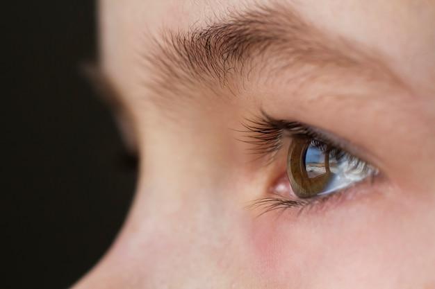 Ciérrese encima de macro del ojo del niño del niño