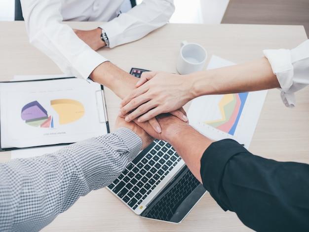 Ciérrese encima de las manos del hombre de negocios en concepto del trabajo en equipo.