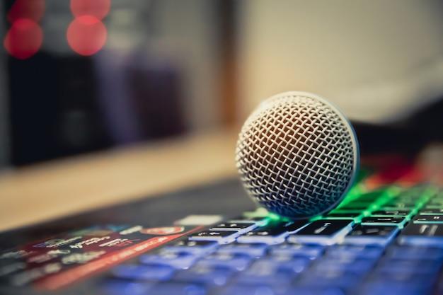 Ciérrese encima del micrófono en los estudios.