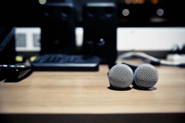Ciérrese encima de los micrófonos en el estudio.