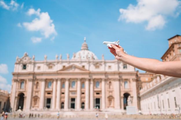 Ciérrese encima del modelo de avión en la ciudad del vaticano y la iglesia de la basílica de san pedro, roma, italia.