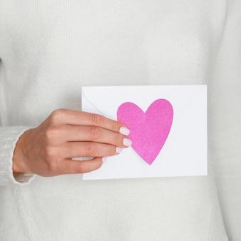 Ciérrese encima de la mujer que sostiene la tarjeta del amor