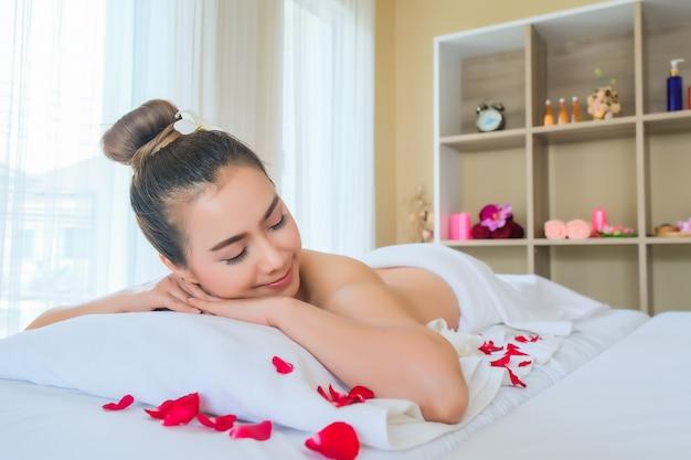 Ciérrese encima de mujeres de la cara en el balneario, tratamiento facial. mujeres habitación de lujo relax y disfrute terapia de belleza emocional.