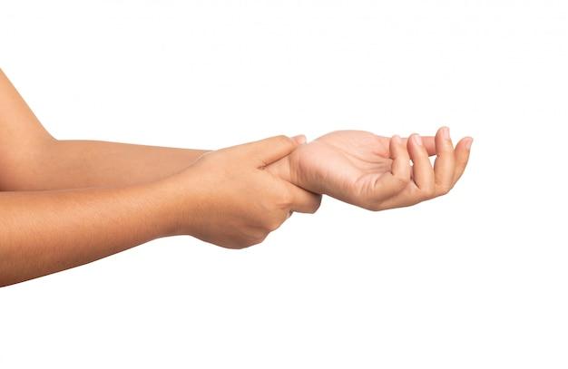 Ciérrese encima de las mujeres que usan la mano que toca una muñeca aislada