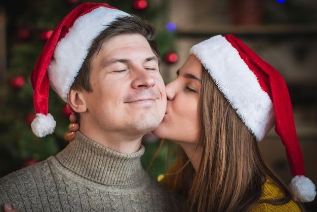 Ciérrese encima de omán que besa al hombre en mejilla