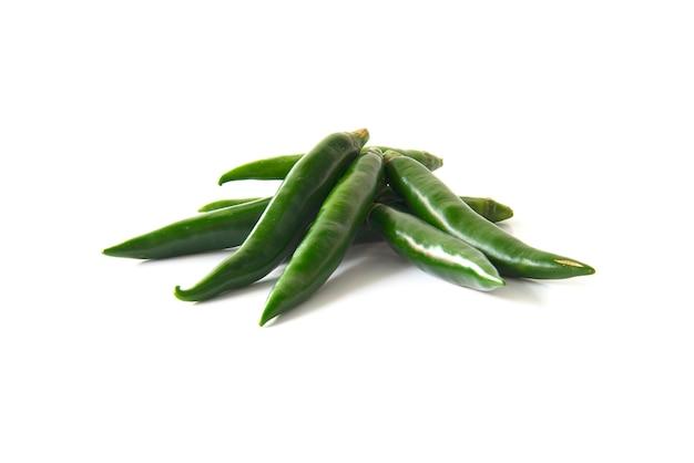 Ciérrese encima de la pimienta de chile verde aislada en un fondo blanco