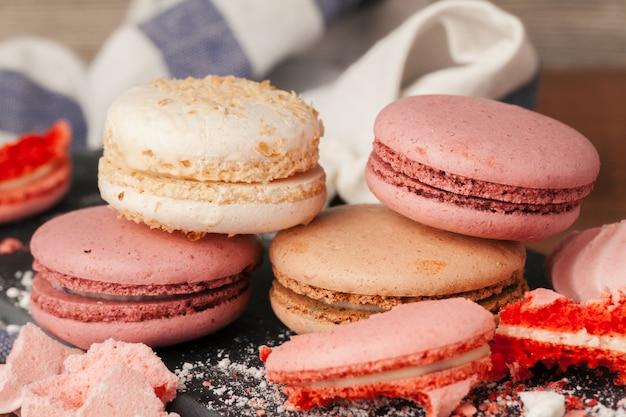 Ciérrese encima del postre colorido de los macarons con tonos pasteles vintage