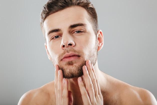 Ciérrese encima del retrato de la belleza de un hombre barbudo hermoso