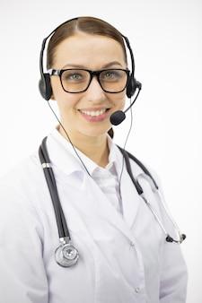 Ciérrese encima del retrato del doctor atractivo elegante en auriculares que sonríe
