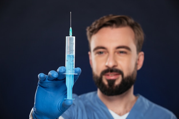 Ciérrese encima del retrato de un doctor de sexo masculino amistoso