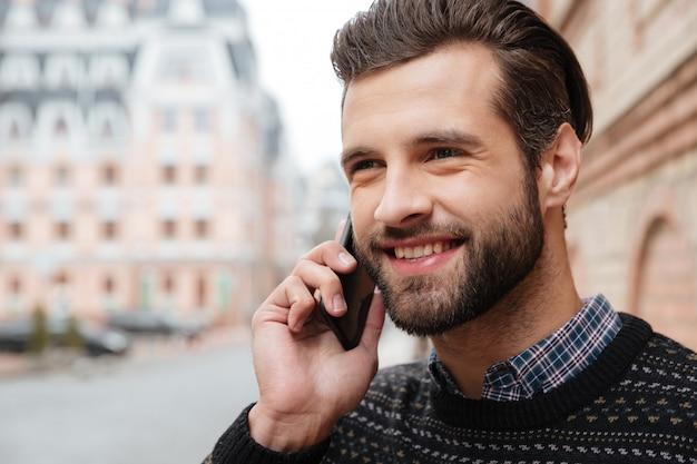 Ciérrese encima del retrato de un hombre atractivo sonriente