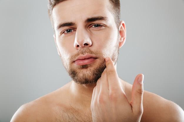 Ciérrese encima del retrato de un hombre barbudo hermoso