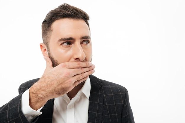 Ciérrese encima del retrato de un hombre barbudo joven asustado