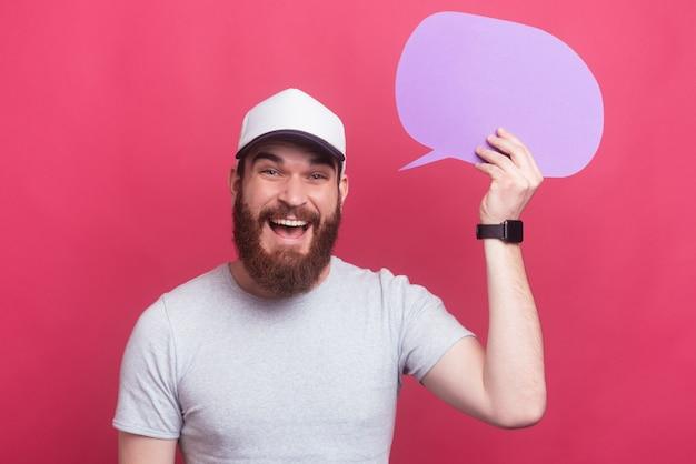 Ciérrese encima del retrato del hombre feliz que sostiene el bocadillo de diálogo