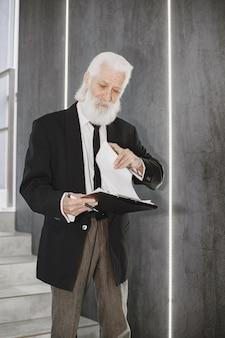 Ciérrese encima del retrato del hombre pasado de moda.