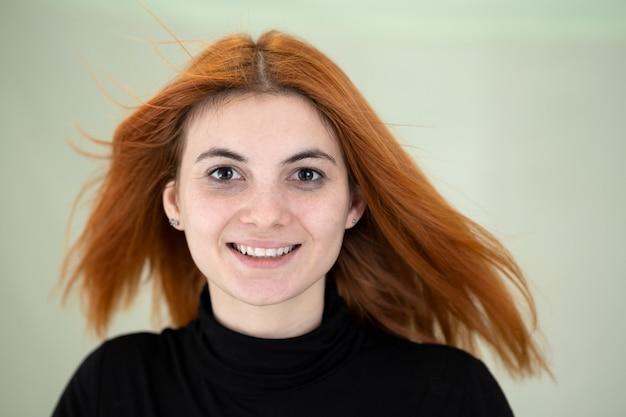 Ciérrese encima del retrato de la muchacha bonita del pelirrojo con el pelo ondulado largo que sopla en el viento.
