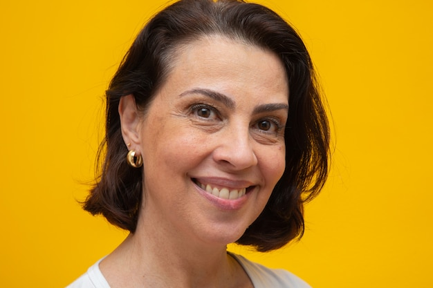 Ciérrese encima del retrato de una mujer adulta media hermosa que sonríe