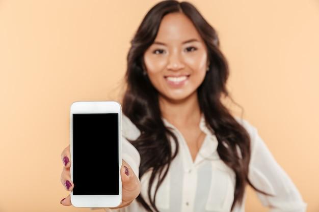 Ciérrese encima del retrato de una mujer asiática feliz