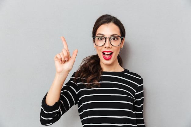 Ciérrese encima del retrato de una mujer emocionada en lentes