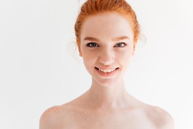 Ciérrese encima del retrato de la mujer feliz del jengibre desnudo que mira