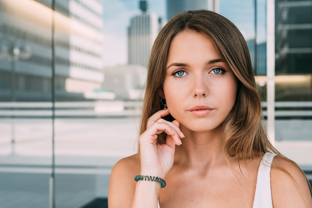 Ciérrese encima del retrato de una mujer joven hermosa