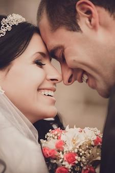 Ciérrese encima del retrato de la novia y del novio felices