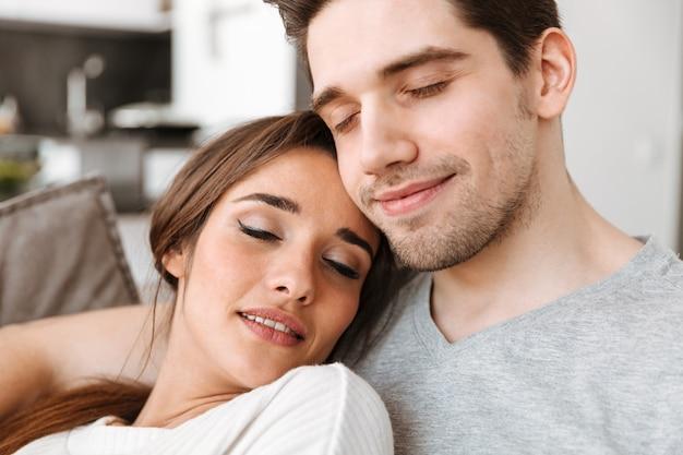 Ciérrese encima del retrato de una pareja joven sonriente que se relaja