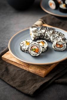 Ciérrese encima de los rollos de sushi en la placa