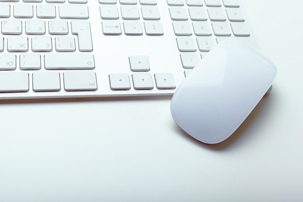 Ciérrese encima del teclado de la oficina de la computadora en blanco