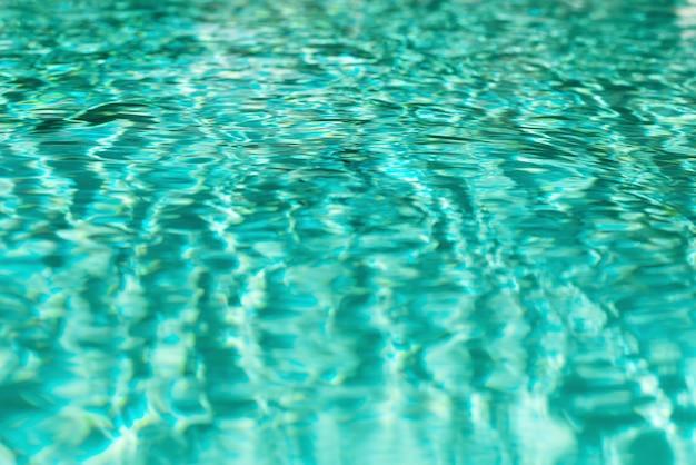 Ciérrese encima de textura abstracta del agua. fondo del agua de la piscina de la turquesa. copia espacio, vista superior.