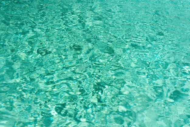 Ciérrese encima de textura abstracta del agua. fondo del agua de la piscina de la turquesa.