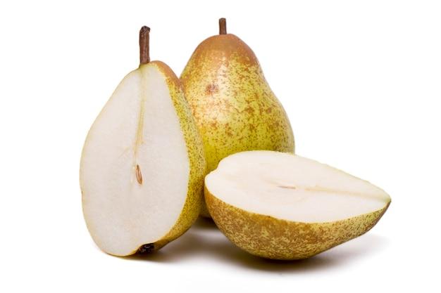 Ciérrese encima de vista de las peras frescas y sanas de una roca aisladas en un fondo blanco.