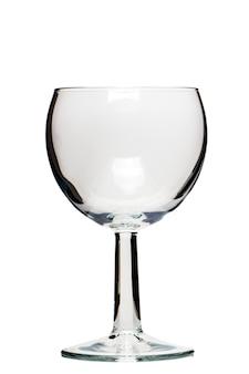 Ciérrese encima de vista de un vidrio vacío de vino aislado en un fondo blanco.