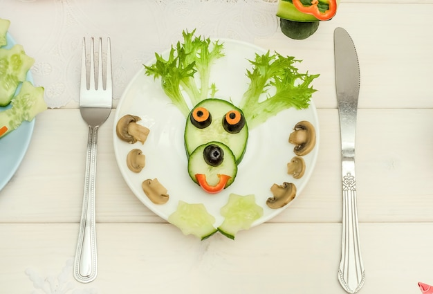 Ciervo navideño comestible hecho de verduras para la mesa festiva de año nuevo y navidad.
