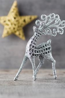 Ciervo plateado sobre fondo gris. fondo de navidad.