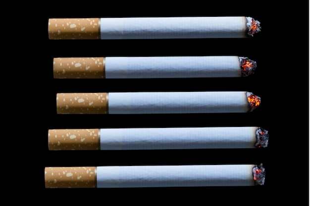Cigarrillo encendido aislado en negro