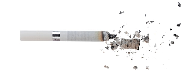Cigarrillo encendido aislado sobre fondo blanco cerrar