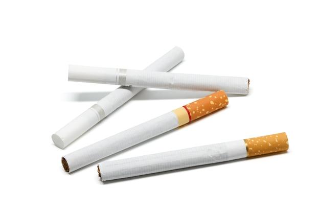 Cigarrillo fondo blanco detalle de humo