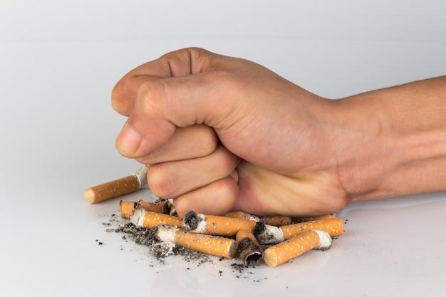 Cigarrillo mano aplastar dejar de fumar