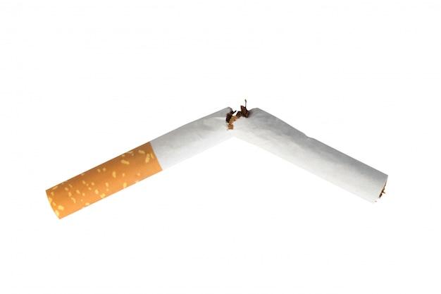 Cigarrillo roto aislado en la pared blanca