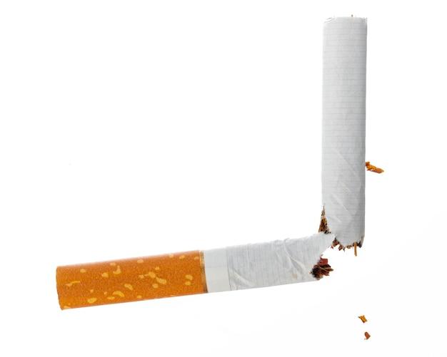 Cigarrillo roto aislado sobre fondo blanco cerrar