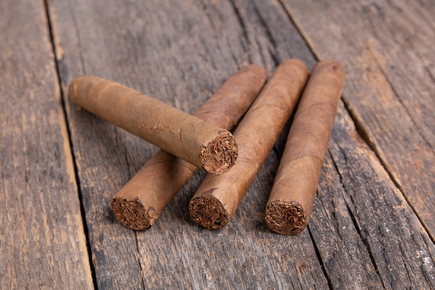Cigarros en una mesa de madera