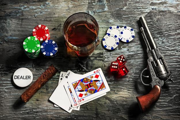 Cigarros, papas fritas para jugar, beber y jugar a las cartas.
