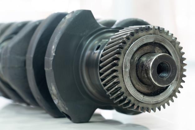 Cigüeñal del motor diesel sobre un fondo blanco.