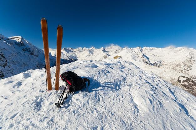 En la cima de esquí de travesía