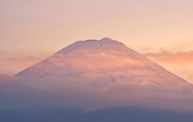 Cima de la montaña fuji con nubes en puesta de sol