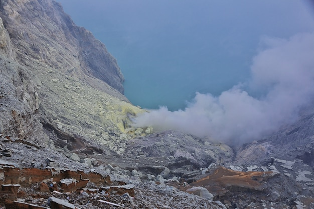 En la cima del volcán ijen, indonesia