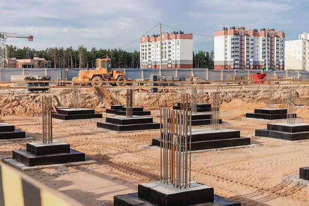 Cimentaciones monolíticas de hormigón armado para la construcción de un edificio residencial. parrilla en el sitio de construcción. pozo de construcción con cimientos.