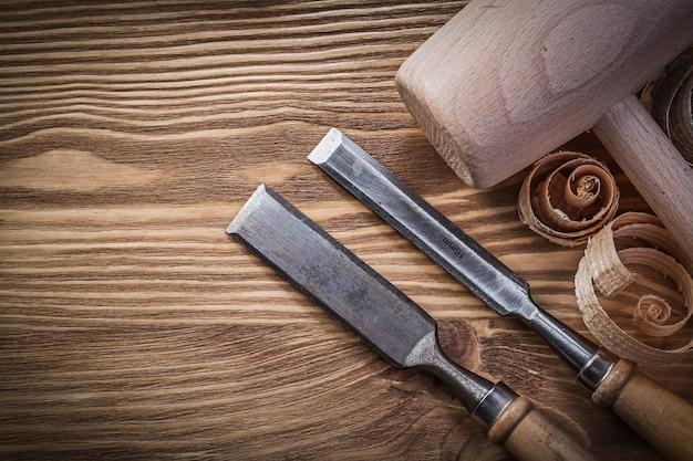 Cinceles de carpintero y virutas sobre tablero de madera